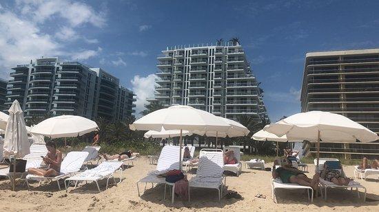 Surfside, FL: Aussicht vom Strand aufs Hotel