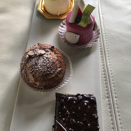 Woluwe-St-Pierre, Belgium: いつ食べても、どれを食べても驚きと感動を貰えます。とてもクオリティーの高いケーキ屋です。最近のおススメはタルトケーキです。今まではムース系が好きでしたが、タルト生地のサクサク感はその軽さと口ど