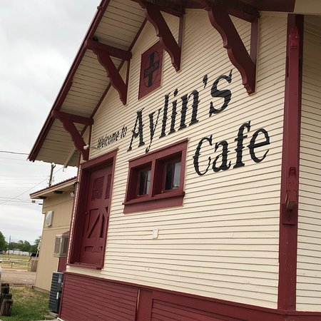 Tulia, TX: Cute place in an old house.  Great food, too!