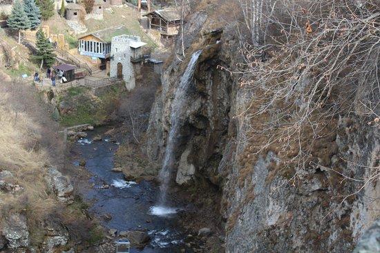 Medovie Vodopady Tourist Complex: Вид сверху на ущелье и Большой Медовый водопад