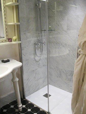 Mirambeau, فرنسا: Douche de la salle de bain avec peignoirs et chaussons mis à disposition