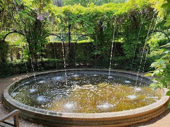Super Een pittoreske fontein in de Engelse tuin - Picture of Mondo Verde XH-71