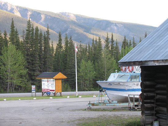Muncho Lake, كندا: Double G has nice rooms for such a remote location. Quaint log cabin lodging.