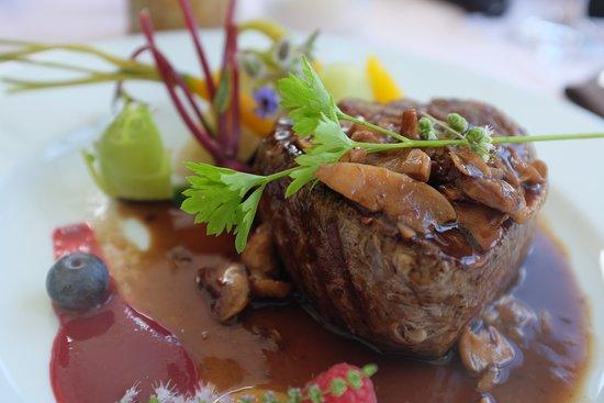 Kropa, سلوفينيا: beef medallion with vegetables