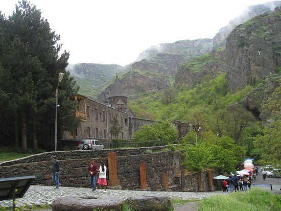 The Monastery of Geghard: Крест, установленный высоко на горе рядом с монастырем