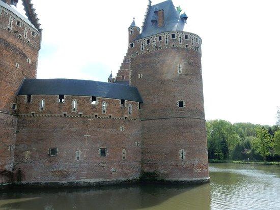 Kasteel van Beersel: Castle and moat