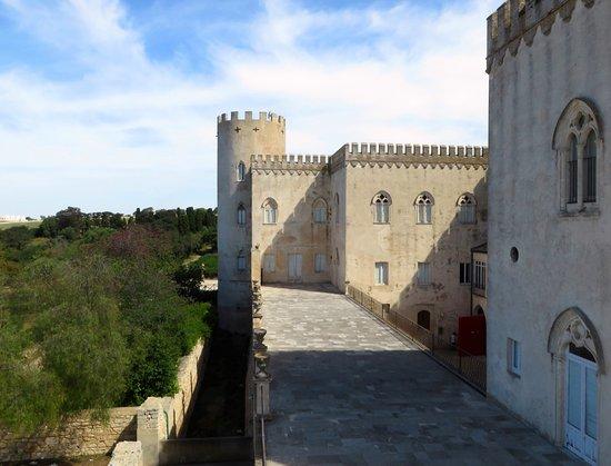Доннафугата, Италия: terrazzo laterale rispetto a quello sopra all'entrata