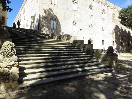 Donnafugata, อิตาลี: lo scalone monumentale che porta alla terrazza dai giardini