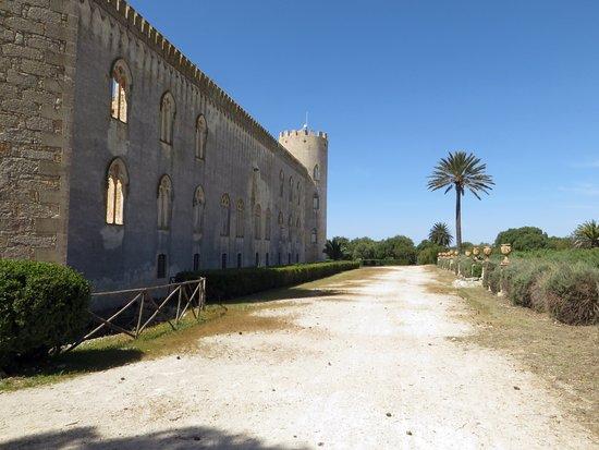 Donnafugata, إيطاليا: il castello dai giardini