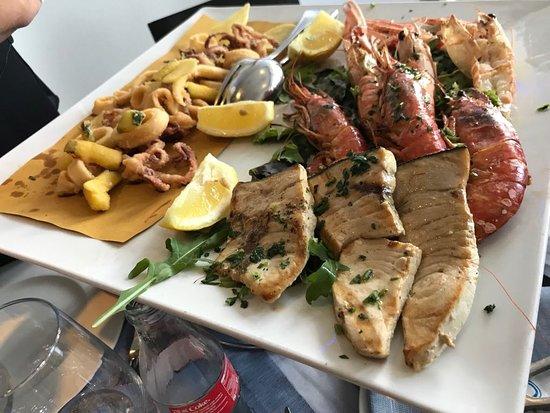 Delfino Blu Restaurant & Pizza : Frittura di calamari + Grigliata di pesce
