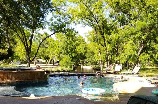 Log Country Cove: Gorgeous pool and hot tub.