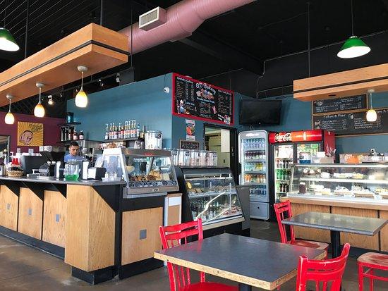 Qv Cafe & Bakery: De counter van QV's