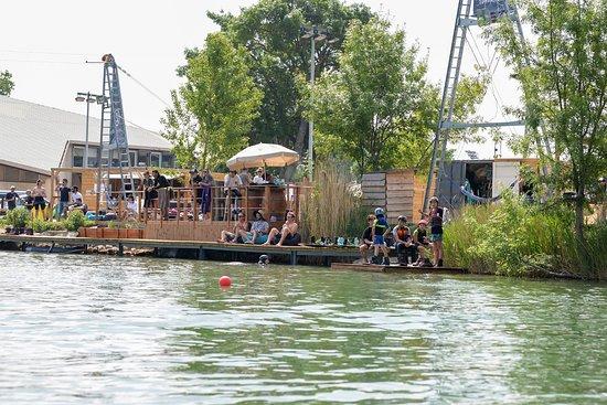 Le Pontet, ฝรั่งเศส: les 2 téléskis, vue du lac