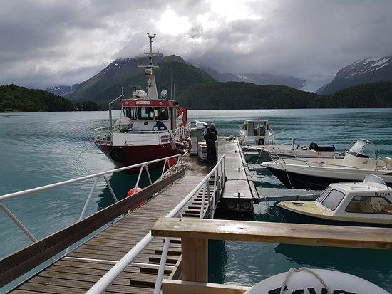 Meløy kommune, Norge: Snart klar til å gå ombord i båten som skal ta oss over Holandsfjorden.