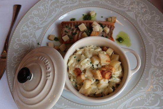 Gouvieux, ฝรั่งเศส: Filet de truite de mer, risotto de pates Riso à la Tome au foin