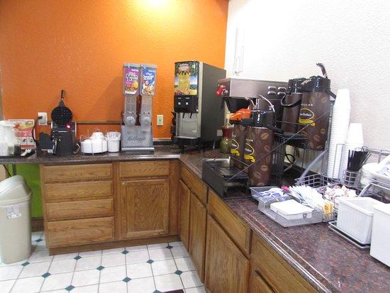 Platte City, MO: breakfast area in lobby