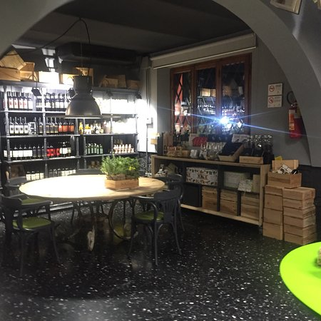 Officine Bocelli Food Court: Locale