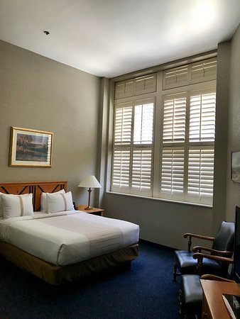 Crockett Hotel: The high ceiling room with shutters on the windows. A very comfortable room.