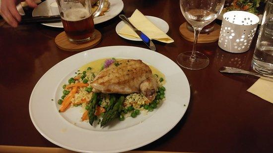 Jilemnice, สาธารณรัฐเช็ก: kuře s chřestem, hráškovým bulgurem a momáčkou beurre blanc