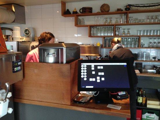 Hindeloopen, เนเธอร์แลนด์: 進去的櫃檯只看到兩個人在忙