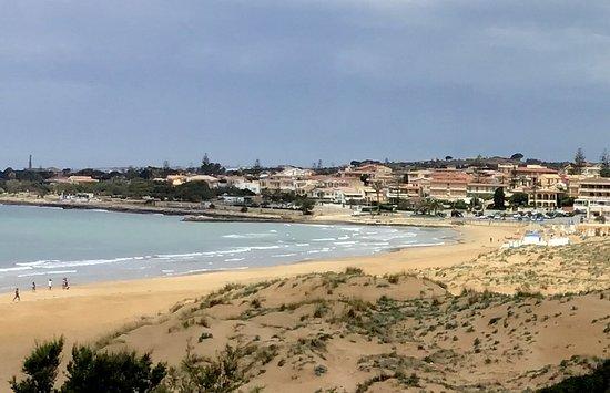 Vista a la población de Marina di Modica, por la playa son 10 minutos a pie