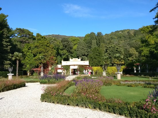 Castello di Miramare - Museo Storico: Cafe at the end of the garden