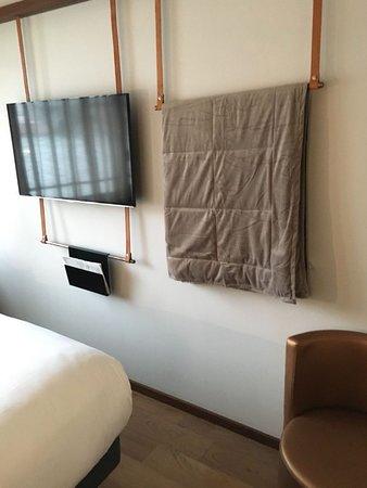 Hotel OFF Paris Seine: parete attrezzata, TV e trapunta