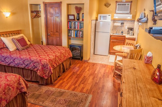 Holiday Lodge on Canyon Lake: Family room with kitchenette.