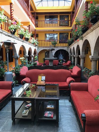Hotel Munay Wasi Inn: This is the central covered atrium in the hotel.