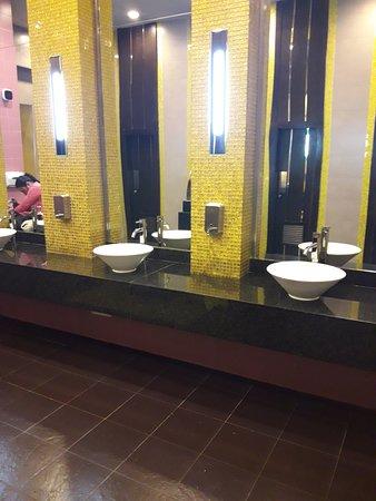 Hotel Riu Plaza Panama: baño del hall