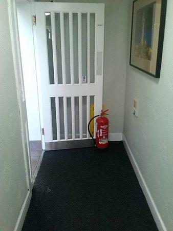 Bannockburn, UK: Fire door wedged open with fire extinguisher!
