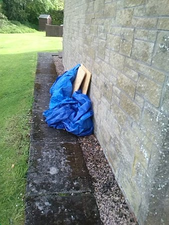Bannockburn, UK: Building materials abandoned in grounds.