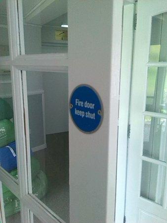Bannockburn, UK: Fire door held open with hook despite having a sign on it stating it must be kept shut