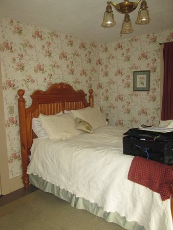 Warner, NH: The queen bed in the Judy Blume room