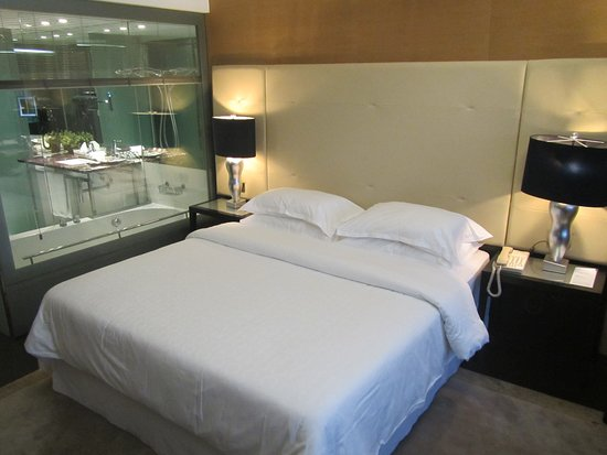Sheraton Lisboa Hotel & Spa: The bed in the room, bathroom behind glass