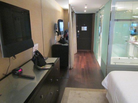 Sheraton Lisboa Hotel & Spa: View towards the door inside the room