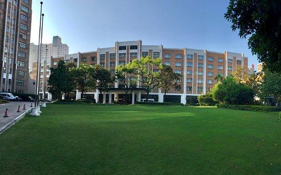 Jin Jiang Hotel: 錦楠楼全景。左にちょっと写っているのが貴賓楼