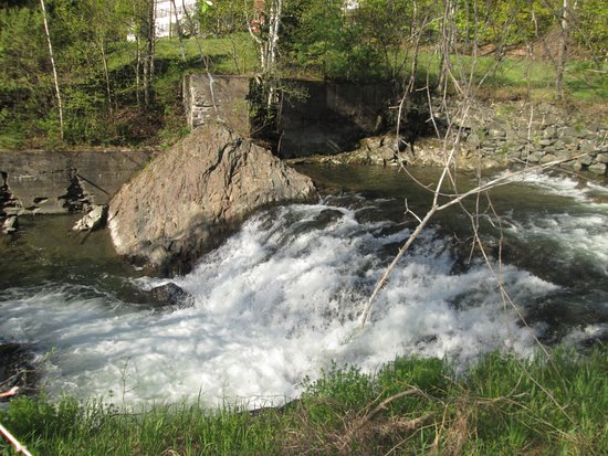 Saint Johnsbury, VT: In back of the Inn, there is a wonderful stream