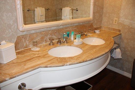 Disney's Grand Floridian Resort & Spa: Theme Park View Queen Bathroom