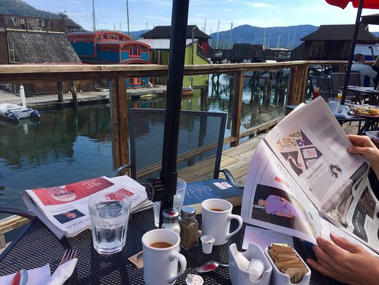 Cowichan Bay, Canadá: What better place for brunch on a sunny May morning than The Vine at Cow Bay!