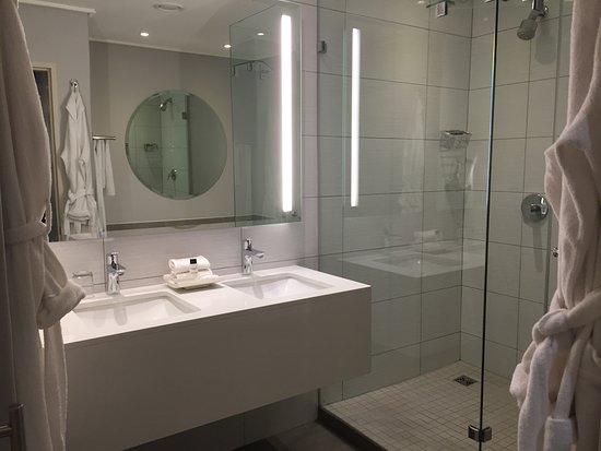 Victoria & Alfred Hotel: Wonderful bathroom - double basin & showever