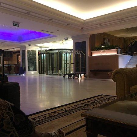 Royal Olympic: Excelente Hotel! Numa localização super privilegiada em Atenas, próximo ao Paternon. O hotel tem
