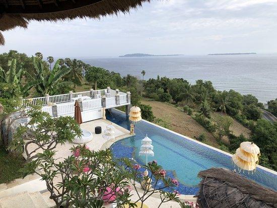 Teluknarat, Indonesien: 一仰望去可以看到三座小島