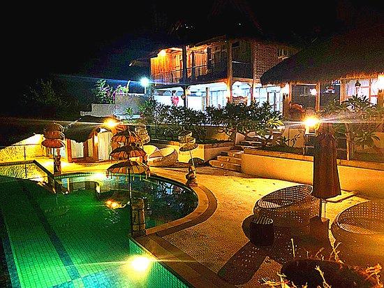 Teluknarat, Indonesien: 泳池 廣場,真的很寬敞!!!