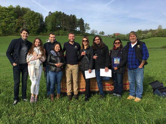 Hot air balloon rides in the Czech Republic: Группа людей, которая принимала участие в полете на 2х шарах