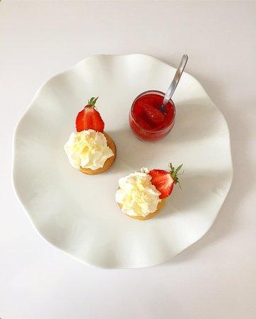 Penvenan, Γαλλία: Baba au Rhum aux fraises de Plougastel!