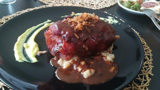 baena, España: Codillo asado en su punto con cebollita caramelizada