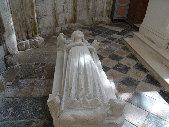 Prieuré de Saint-Thibault-en-Auxois: Gisant