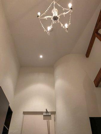 De Villa: Auf dem Bett liegend mit Blick nach oben