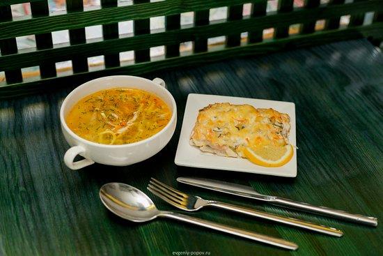 Sayanogorsk, روسيا: Вкусный обед: лапша с курицей по-домашнему и горбуша под овощами (запеченная))